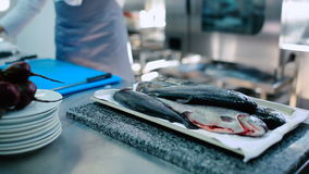 O peixe cru em uma placa está na tabela filme