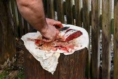 O peixe no coto é cortado com faca afiada mar da carpa Imagens de Stock Royalty Free