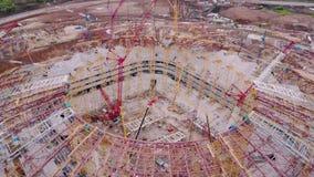 O película aéreo de surpresa do estádio desportivo sob a construção no dia de verão, zangão está voando filme