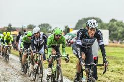 O Peloton em um Tour de France Cobbled 2014 da estrada Fotos de Stock
