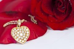 O pendente e o vermelho da forma do coração do diamante levantaram-se Imagem de Stock Royalty Free