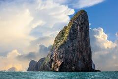 O penhasco do leh de Phi Phi com nuvens grandes sobre um céu azul, ilha de Phi Phi, Tailândia fotografia de stock