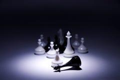 O penhor branco com exército derrota o rei preto imagem de stock