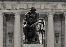 O pensador por Aguste Rodin na entrada de Rodin Museum, Benjamin Franklin Parkway, Philadelphfia, Pensilvânia fotografia de stock royalty free