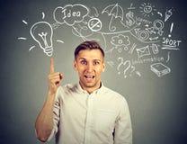 O pensamento feliz do homem novo tem muitas ideias que apontam acima Fotografia de Stock