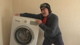 O pensionista militar recebe a assistência social do estado o olho humano é coberto com o remendo médico preto máquina de lavar n video estoque