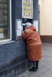 O pensionista muda o dinheiro Foto de Stock