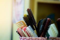 O pente na barbearia para o cabeleireiro faz o penteado com cl do cabelo imagem de stock