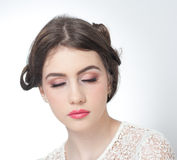 O penteado e compõe - o retrato bonito da arte da moça com olhos fechados Morena natural genuína, tiro do estúdio Fotos de Stock