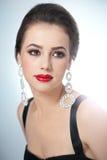 O penteado e compõe - o retrato fêmea bonito da arte com brincos elegance Morena natural genuína com joia Foto de Stock