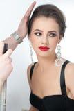 O penteado e compõe - o retrato fêmea bonito da arte com brincos elegance Morena natural genuína com joia Imagens de Stock