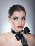 O penteado e compõe - o retrato fêmea bonito da arte com fita preta elegance Morena natural genuína com fita - estúdio Fotos de Stock Royalty Free