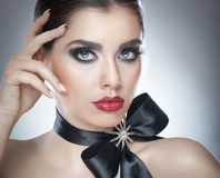 O penteado e compõe - o retrato fêmea bonito da arte com fita preta elegance Morena natural genuína com fita - estúdio imagem de stock
