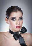 O penteado e compõe - o retrato fêmea bonito da arte com fita preta elegance Morena natural genuína com fita - estúdio Imagem de Stock Royalty Free