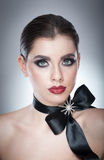 O penteado e compõe - o retrato fêmea bonito da arte com fita preta elegance Morena natural genuína com fita - estúdio Fotografia de Stock