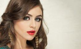 O penteado e compõe - o retrato fêmea bonito da arte com olhos bonitos elegance Morena longa do cabelo no estúdio Retrato foto de stock