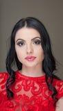 O penteado e compõe - o retrato fêmea bonito da arte com olhos bonitos elegance Morena longa natural genuína do cabelo no estúdio Fotos de Stock Royalty Free