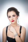 O penteado e compõe - o retrato fêmea bonito da arte com olhos bonitos elegance Morena natural genuína com joia Imagens de Stock