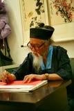 O Pequim, China 06/08/2018 de predictor e de astrólogo chineses faz o horóscopo para o turista fotografia de stock royalty free