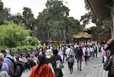 O Pequim, 5o pode: Turistas maciços que visitam o jardim imperial da cidade de Forbbiden no Pequim imagens de stock royalty free