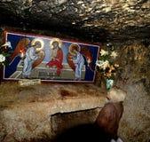 O peregrino da mulher está rezando na prisão de Jesus Christ imagem de stock royalty free