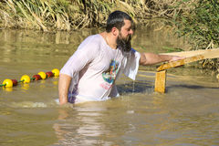 O peregrino de meia idade do homem passa no rio Jordan Baptism em Jordânia fotos de stock royalty free