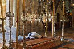 O peregrino na roupa branca prays passionately Imagens de Stock