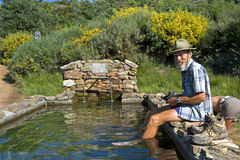 O peregrino toma o footbath na bacia da água Imagens de Stock Royalty Free