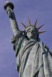 O perfil da estátua francesa de Liberty Replica, Paris, França, o 1º de agosto de 2015 - foi dado aos cidadãos de Paris no 4 de j Fotos de Stock
