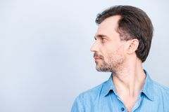 O perfil lateral metade-enfrentou a foto da vista de pensativo pensativo ocupado Fotos de Stock