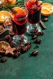O perfurador vermelho quente ferventado com especiarias dos ingredientes do vinho frutifica especiarias Foto de Stock