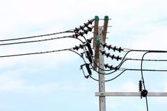 O perigo bonde do fio do emaranhado do poder do polo, prende a energia elétrica na estrada da rua no fundo do céu imagem de stock royalty free
