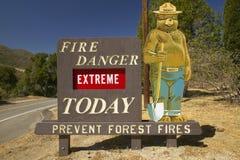 O perigo de fogo extremo proclama fumarento o urso perto do lago Hughes California Imagem de Stock