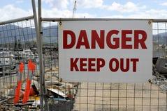 O perigo do ` mantém a placa para fora autorizada do sinal do ` dos pessoais somente na porta da cerca no canteiro de obras imagem de stock