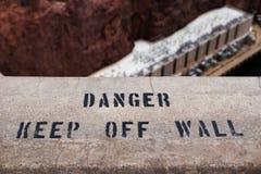 O perigo evita o sinal da parede foto de stock