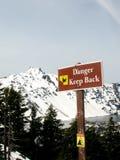 O perigo mantém para trás o sinal Lago crater, Oregon, EUA imagens de stock royalty free