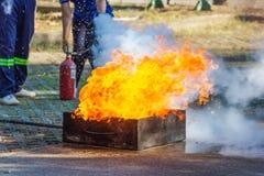 O perito demonstra como suprimir o fogo dos depósito de combustível foto de stock royalty free