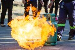 O perito demonstra como suprimir o fogo imagens de stock