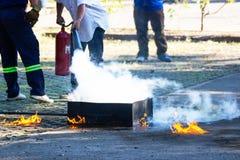 O perito demonstra como suprimir o fogo imagem de stock