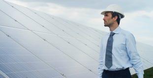 O perito do coordenador nos painéis fotovoltaicos da energia solar com controlo a distância executa ações rotineiras para a utili Imagens de Stock Royalty Free