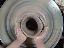 O perito está esculpindo a argila na forma desejada É um do processo de fazer a cerâmica fotografia de stock royalty free
