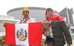 O Peruvian ventila o futebol com a bandeira perto da arena do estádio imagens de stock royalty free