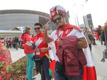 O Peruvian ventila o futebol que dança perto da arena do estádio imagens de stock royalty free