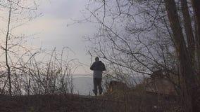 O pescador começa a pescar no lago na manhã video estoque