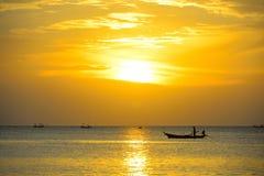 O pescador da silhueta está tomando o barco de pesca Imagens de Stock Royalty Free