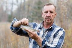O pescador demonstra o timalo travado imagem de stock