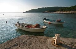 O pescador em seu barco seguiu por uma multidão de gaivotas, tiro em Hvar, Croácia Fotografia de Stock Royalty Free