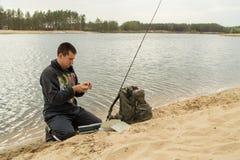 O pescador, equipamentos, trouxa, pesca, lago, passatempo, senta-se, fotografia de stock