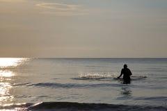O pescador está jogando a rede Fotos de Stock Royalty Free