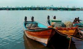 O pescador grande e botes que esperam os pescadores foto de stock royalty free